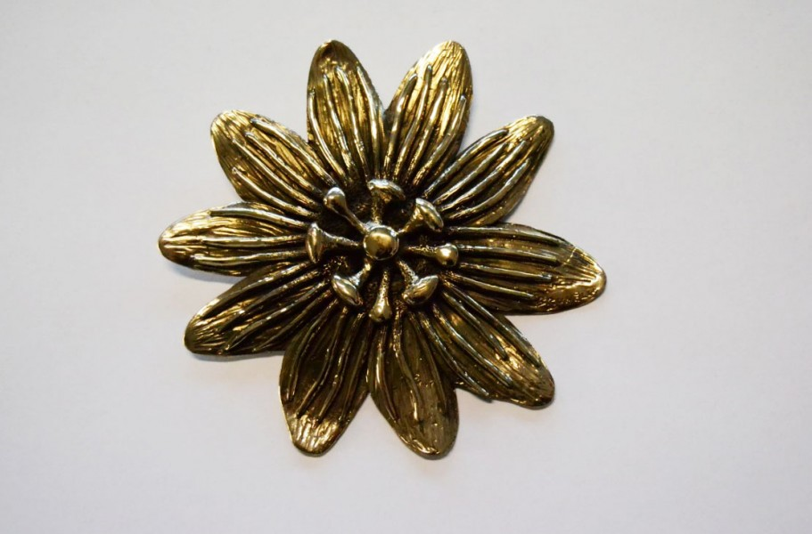 Golden colour flower shaped buckle - art bronze sculpture