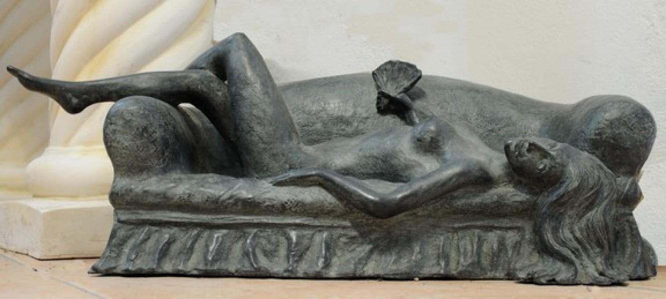 arte bronzo - scultura in bronzo nudo su divano
